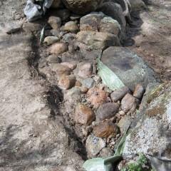 Kivihiekka levitetty ja valutettu rakoihin vedellä.