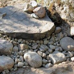 Kivien välit täytetty pikkukivillä.