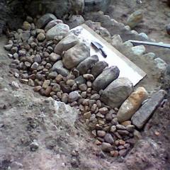 Askelman tausta tuettu kivillä.