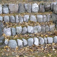 Kiviportaan rakentaminen pystykivillä