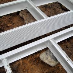Leveä porraskehikko tuetaan myös keskeltä esim. kivillä.