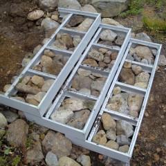 Porraskehikon lokerot tässä täytetty kivillä.